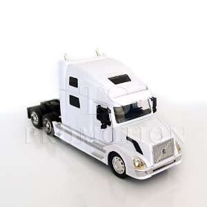 1:32 Volvo VN 780 Tractor (White): Toys & Games