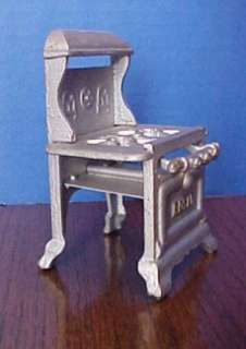ANTIQUE CAST IRON ROYAL MINIATURE STOVE DOLLHOUSE