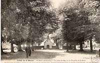 CPA Fumay La place du baty et la Chapelle (p92759)